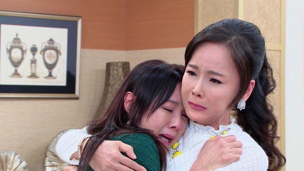 「黃金歲月」中,陳妍安(左)深陷得不到愛情的痛苦深淵,令媽媽岳虹不捨。圖/民視提...