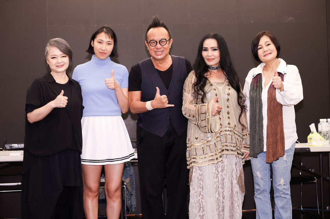 金智娟(左起)、王若琳、黃大煒、潘越雲及官靈芝14日一起為「BACK TO 70