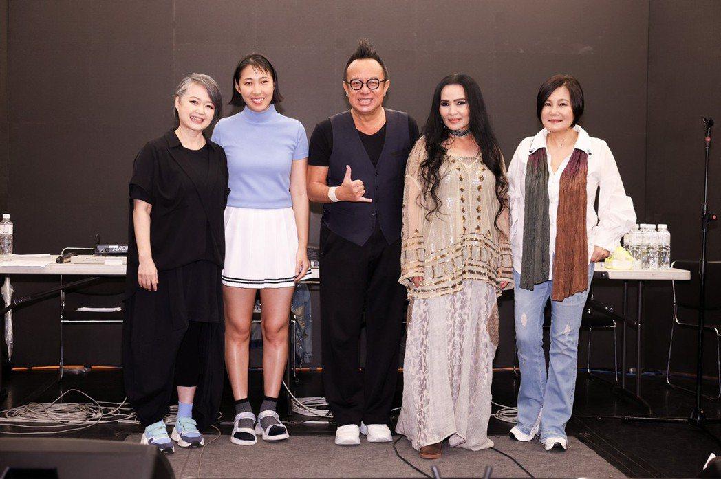 金智娟(左起)、王若琳、黃大煒、潘越雲及官靈芝14日一起為「BACK TO 70...