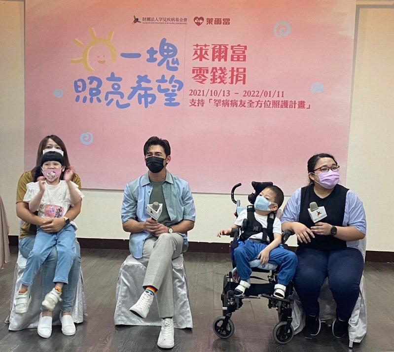 罕見疾病基金會今天舉行「一塊照亮希望」公益零錢捐記者會,演員溫昇豪(左二)三度擔任公益大使。記者蕭羽耘/攝影