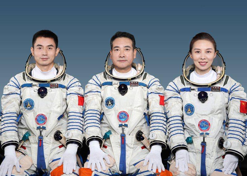 大陸將於16日零時23分發射神舟十三號載人太空船,飛行組由太空人翟志剛、王亞平和葉光富組成。(取自央視新聞)