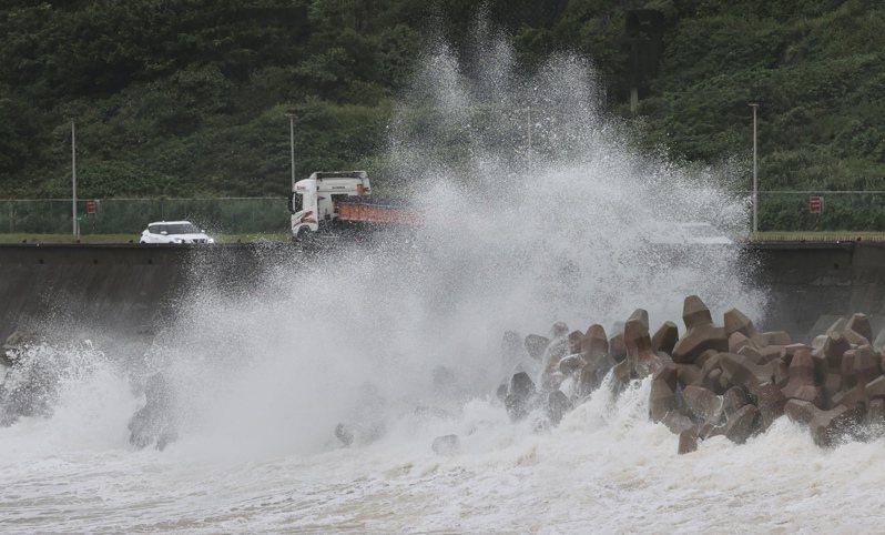 氣象達人彭啟明不認為這次是預警失效,氣象局該提醒都有提醒,他8、9日也一直提醒,連假最後一天天氣會很差,圖為10月11日瑞濱海岸大浪拍襲岸邊。圖/聯合報系資料照片