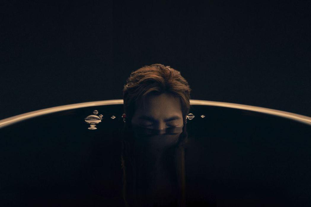 蕭敬騰在新歌「彼得潘」MV半裸入浴。圖/華納音樂提供