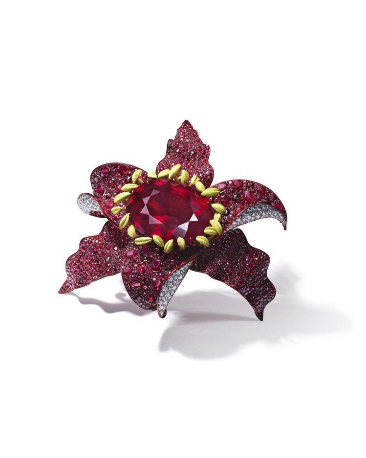 ANNA HU印象百合紅寶碧璽胸針,中央主石為265.96克拉罕見的天然無燒紅碧...