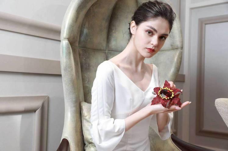 模特兒展示ANNA HU印象百合紅寶碧璽胸針。圖/ANNA HU提供