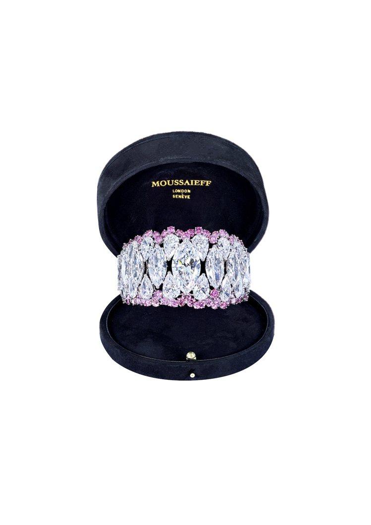 MOUSAIEFF高級白鑽粉鑽手鐲,共鑲嵌24顆總重逾 60克拉的DIF等級Ty...