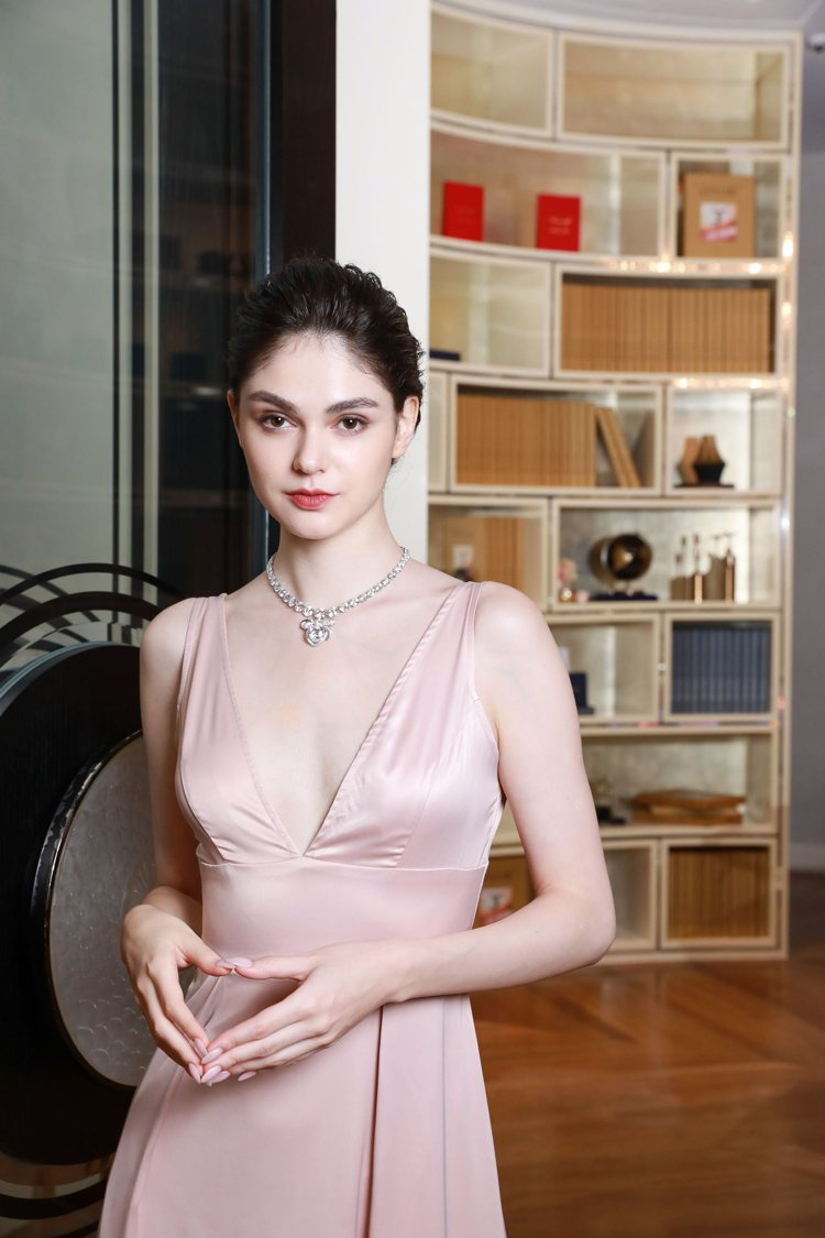 模特兒展示MOUSSAIEFF by ANNA HU聯名系列蝴蝶緞帶戒指套鍊。圖...