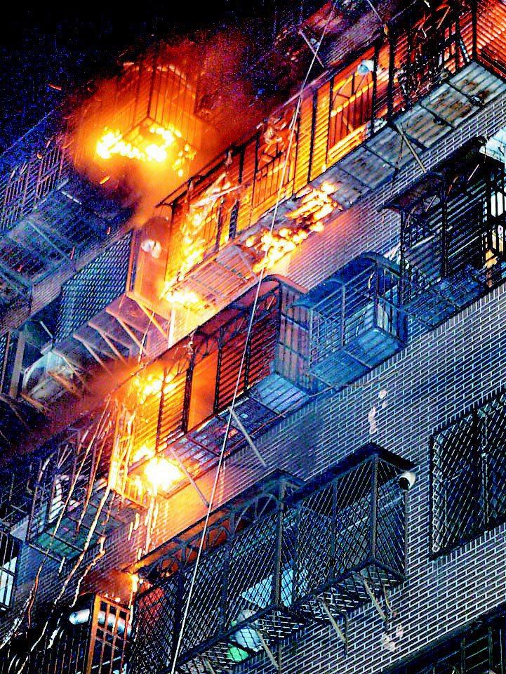 2003年8月底,台北縣蘆洲民族路「大囍市」社區兩棟大樓發生大火,8層大樓陷入火海。圖/聯合報系資料照片
