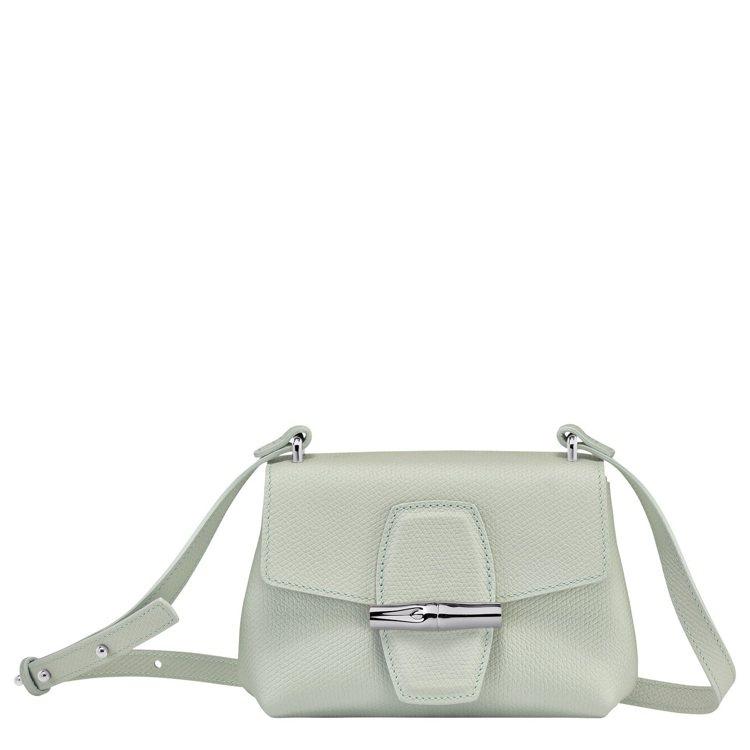 Roseau鼠尾草綠色斜背袋XS尺寸,15,900元。圖/LONGCHAMP提供