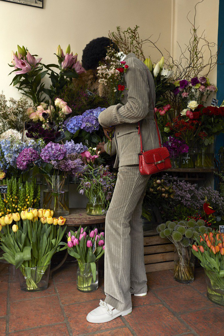 Roseau Croco莓果紅色斜背袋XS尺寸,17,800元。圖/LONGCH...