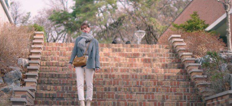 惠利在《我的室友是九尾狐》中選用LONGCHAMP Roseau黃褐色包款。圖/...