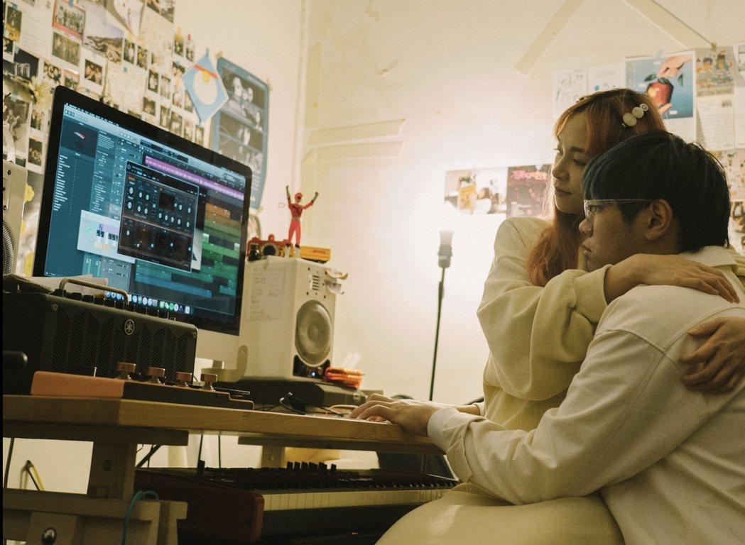 PiA(左)將首張同名台語專輯視為與音樂製作人老公M.A.T.H的「愛的結晶」。...
