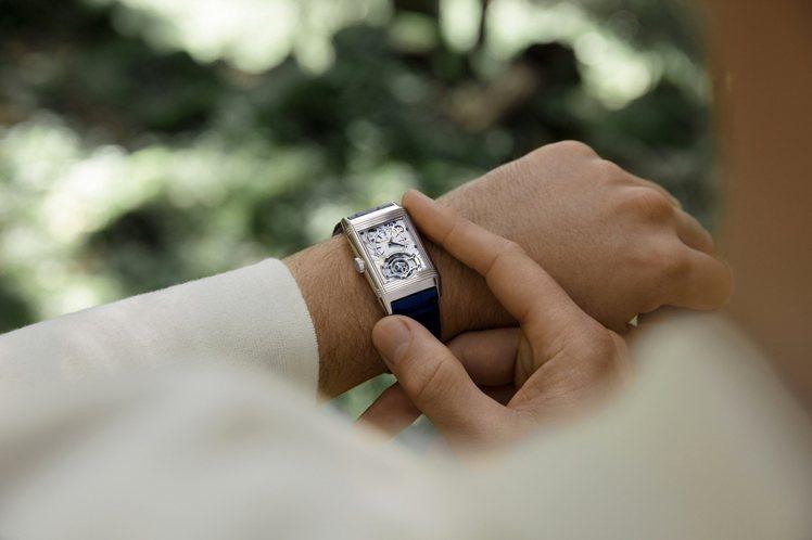 30秒短影片中的亮點之一,還在於Nicholas Hoult手上的Reverso...