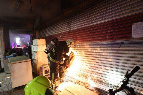 根據美國國家防火協會的統計,在2011至2015年間,每年有約一千九百戶閒置建築物起火,每年造成了三千三百多名消防人員受傷。圖為台灣消防隊員搶救受困於高雄城中城之住戶。 圖/聯合報系資料照片