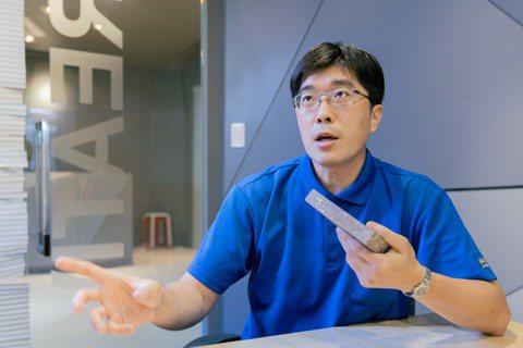 曾任職中研院鑽研生物醫學領域的林正雄,創立「雄材大智」新創團隊,找出舊衣變成建材...