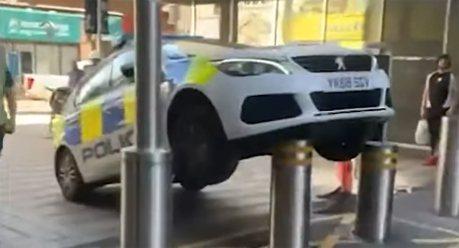 影/警察杯杯車亂停 可憐警車被伸縮桿飛高高
