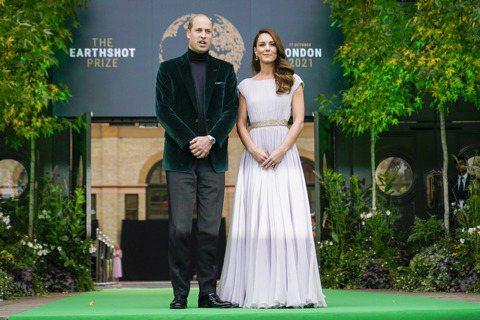 威廉王子此次穿上高領毛衣配綠色天鵝絨夾克出席典禮,同時為呼應獎項設立目的,凱特王...