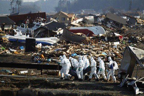 在東日本大地震爆發後半年,大筆復興資金注入受災都市,一群鬣狗般的業者紛紛搶進發災...