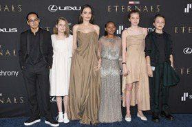 裘莉帶兒女參加《永恆族》首映 一家人時尚造型真好看!