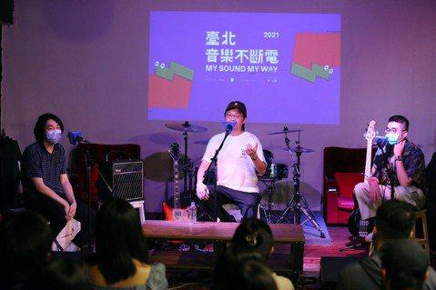 12強新秀培訓現場,「落日飛車」主唱兼吉他手國國、「來吧!焙焙!」身兼詞曲創作、...