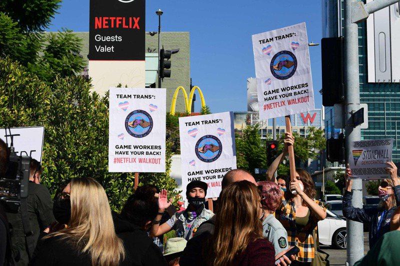 不满喜剧冒犯跨性别族群 百人聚集Netflix总部抗议