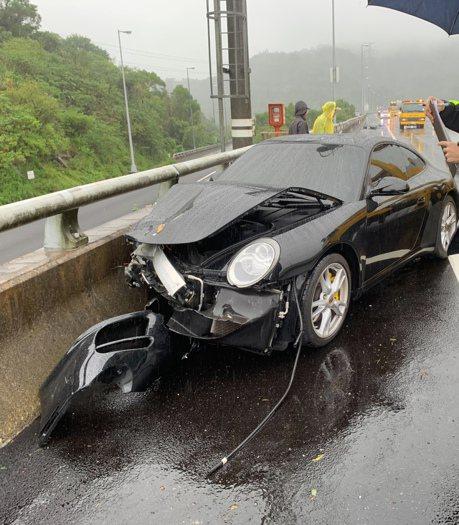 保時捷跑車國道3號雨天打滑失控 波及一旁轎車
