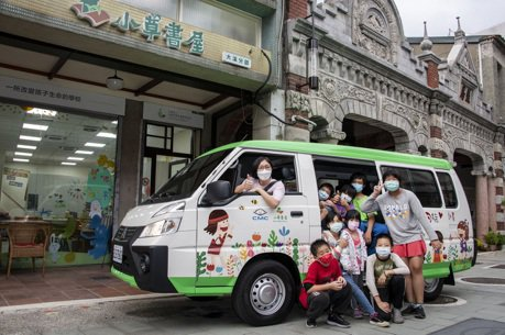中華汽車幸福守護計畫10號車駛進桃園 小草書屋幸福來報到