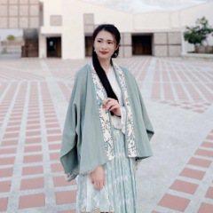 「蜉蝣之羽,衣裳楚楚。」蜉蝣命短,也有鮮亮羽衣;華夏千年,更有傳統服飾。人生初窺門徑,醉心中華文化,一朝得見漢服,沉迷不可自拔。 臺北人,漢服生活化研究生,致力於追求古典美的傳統服飾,體現一百種漢服生活方式。我是楚楚,「衣冠楚楚」的「楚楚」,與大家分享美好的衣冠文化。 FB粉絲專頁:漢服生活方式 HanFun