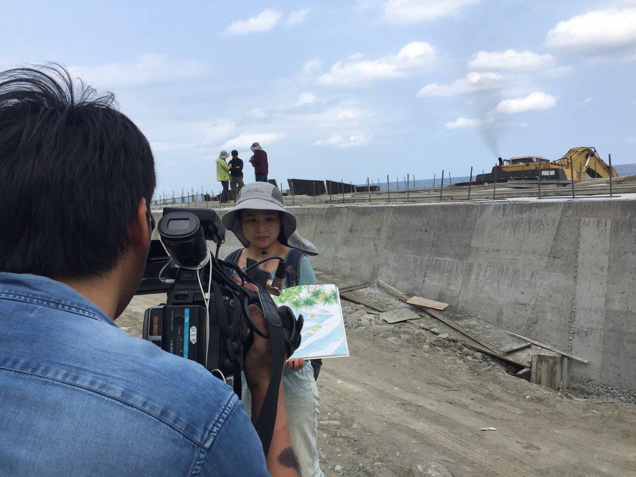 與荒野台東野溪調查小組走訪都蘭溪出海口,目擊怪手施工過程。 記者郭政芬/攝影