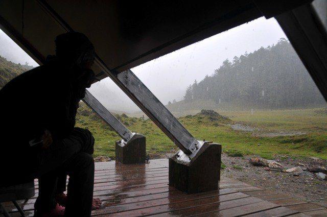 山屋不僅僅是睡覺的地方,在天氣不佳時,可以讓登山者緊急避難。