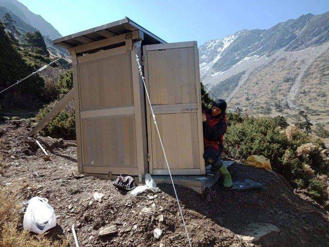 三名高山協作員背著數十公斤的建材,攀上南湖大山修建圈谷山屋廁所。圖/全蔣清提供