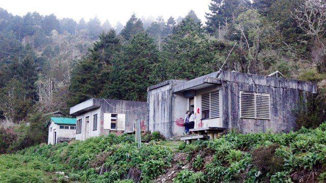 廢棄的觀高山屋因為有下滑的地質問題公告封閉,山友住在這裡都是違規借住。