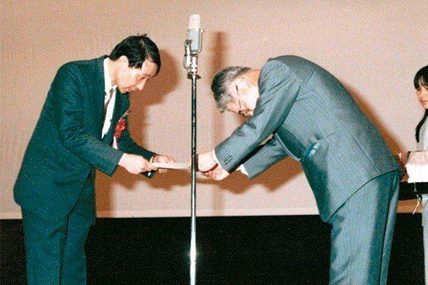 余幸司(左)1982年赴日本大阪演講,恩師久木田淳致贈感謝狀。 圖/余幸司提供