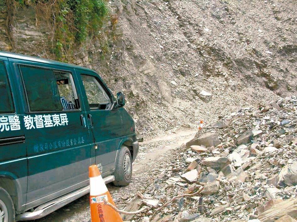 八八風災後山路險峻,但屏基醫療專車照樣上山去。 圖/屏東基督教醫院提供