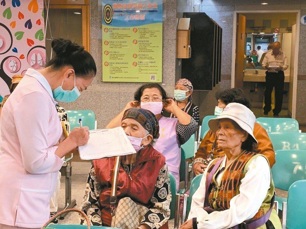 原住民搭醫療專車到屏基後,還有原住民護理人員協助掛號看診。圖/屏東基督教醫院提供