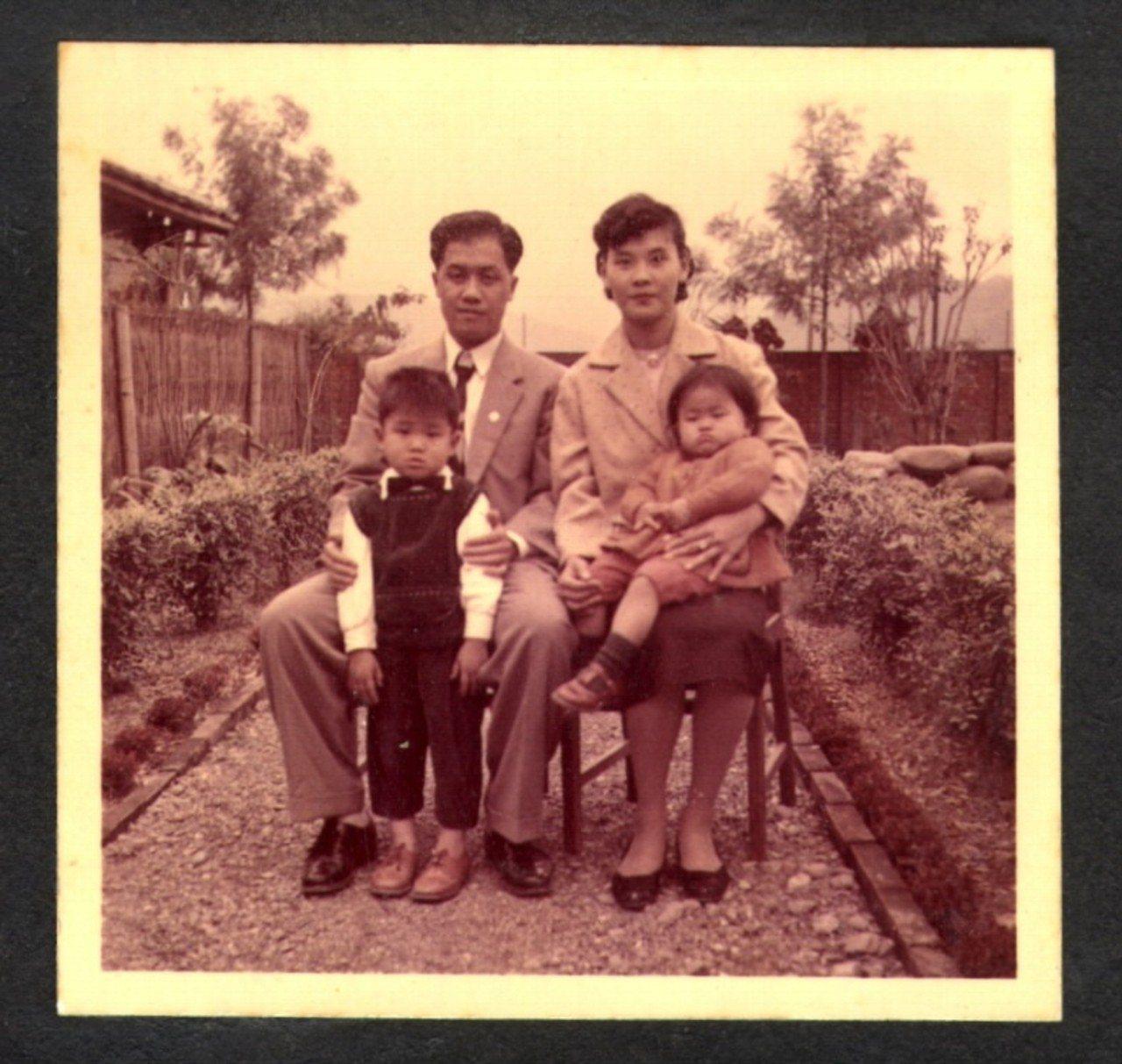 陳怡蓁兒時與父母和哥哥合影。圖/陳怡蓁提供