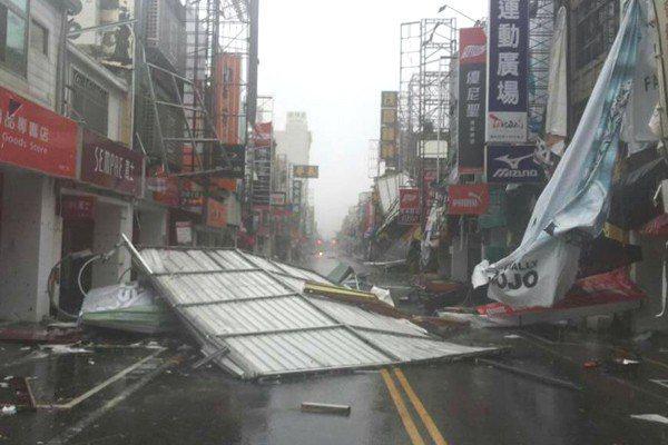 尼伯特颱風把台東民眾的住家鐵皮屋頂掀飛撕爛,散落街頭。圖/聯合報系資料照
