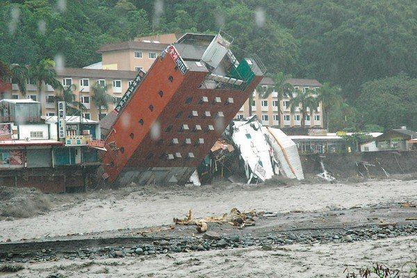 莫拉克颱風大雨成災,釀成台東縣知本的金帥飯店倒塌。圖/中央社資料照