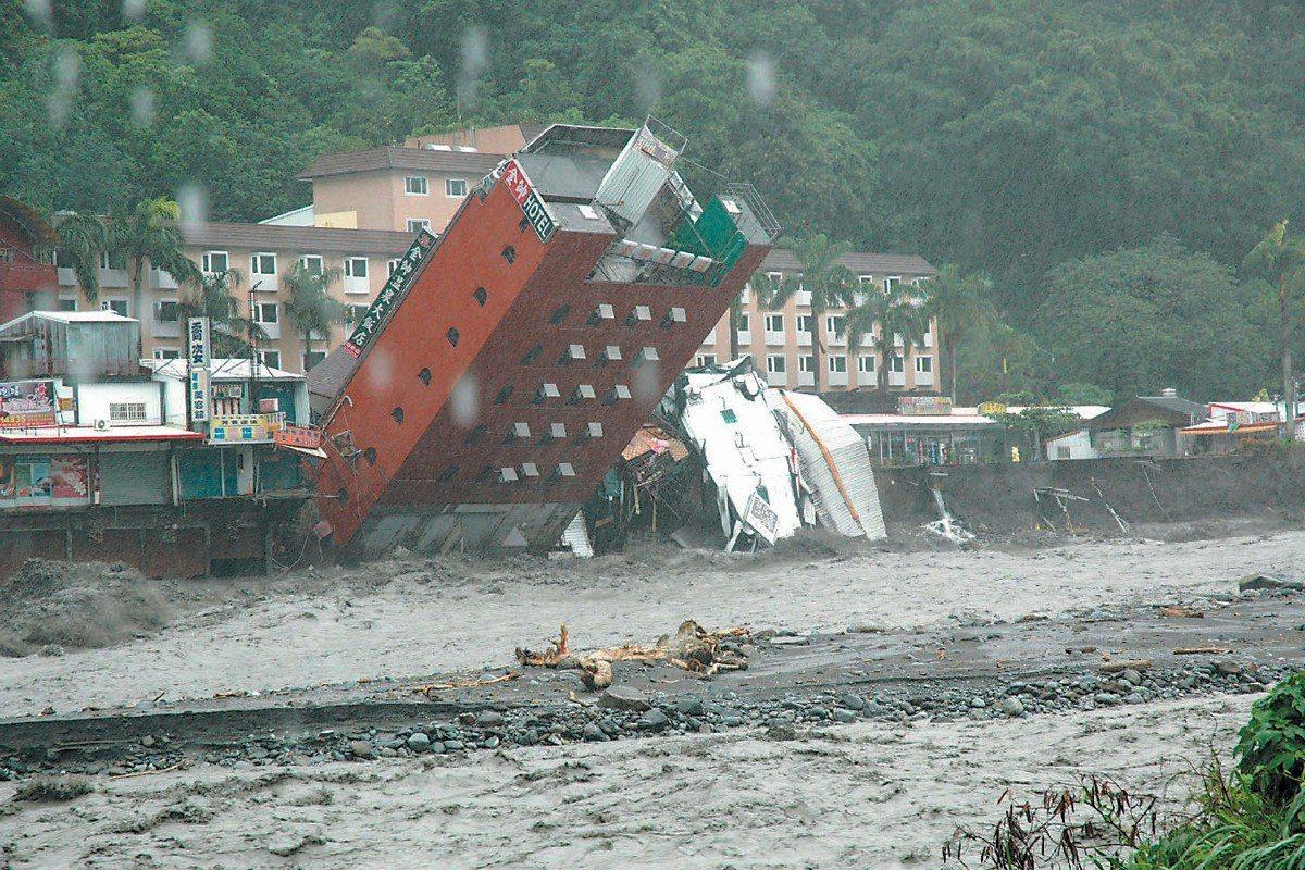 莫拉克颱風大雨成災,造成台東知本的金帥飯店倒塌。中央社