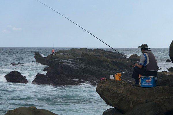 選擇海釣地點時,應先觀察浪的規律。圖/聯合報系資料照