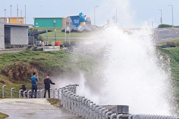 湧浪抵達岸邊時,受到地形影響,會突然炸出好幾公尺的巨浪。圖/聯合報系資料照