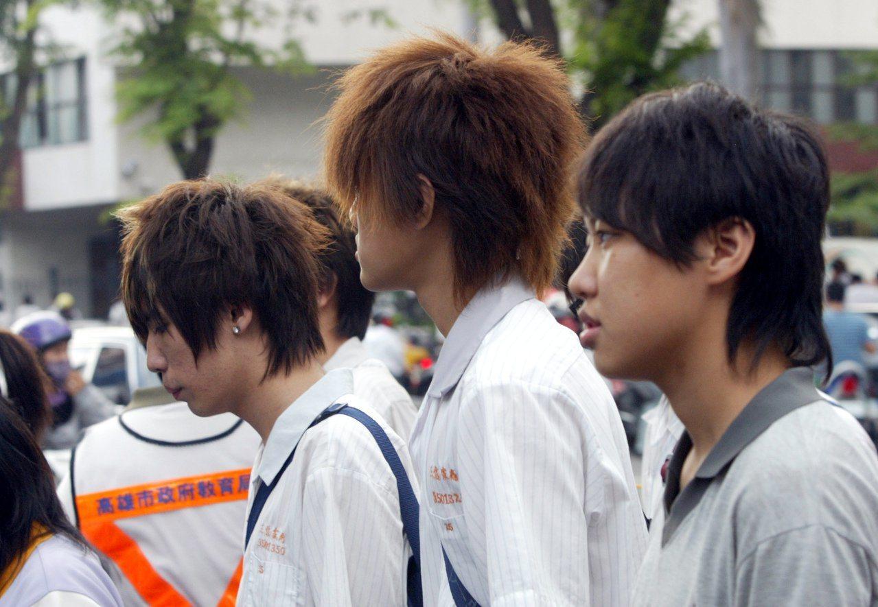 男學生髮禁開放前髮型(左)與開放後髮型(右)。