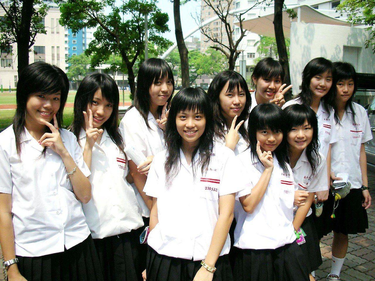 女學生髮禁開放前髮型(左)與開放後髮型(右)。