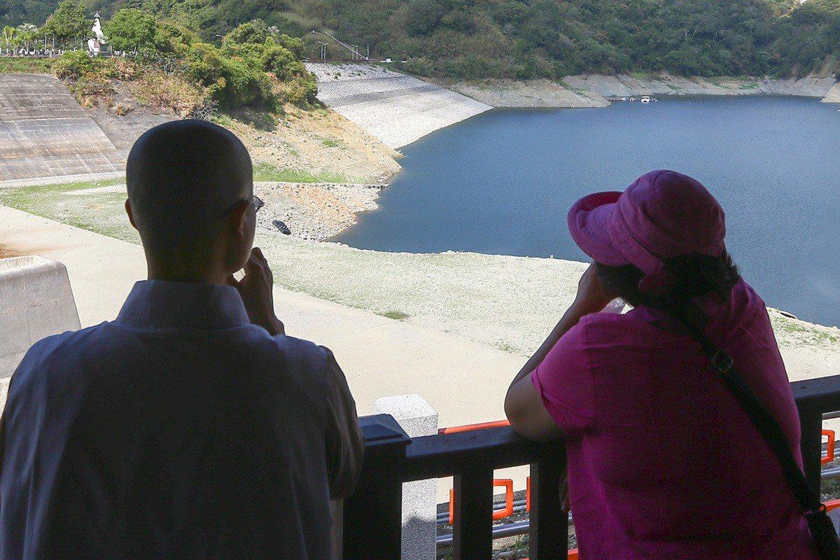 水庫面臨缺水荒,僧人在涼亭停駐,只能望潭興嘆。圖/報系資料照