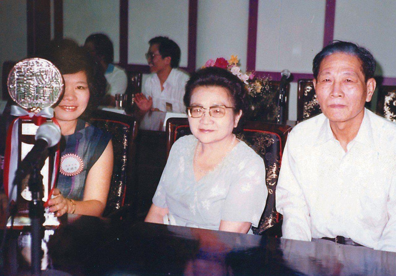 1983年,廖輝英(左一)獲聯合報文學獎,在贈獎會場與父母合影。圖/廖輝英提供