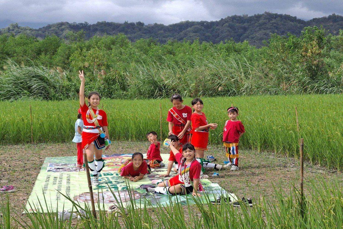 稻田餐桌搭配部落小朋友的迎賓舞帶領客人認識部落。
