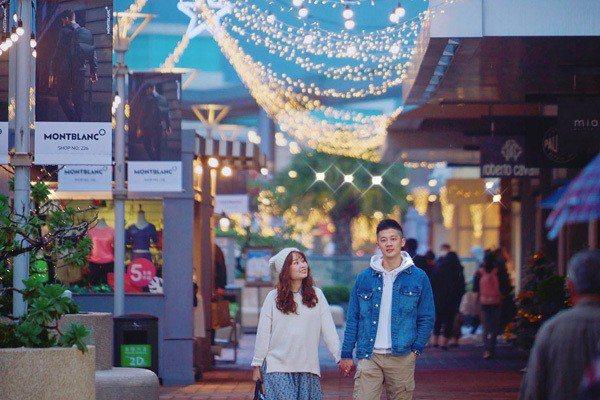 三期「巨型閃耀禮物盒」vs.二期耶誕燈海。圖/華泰名品城提供