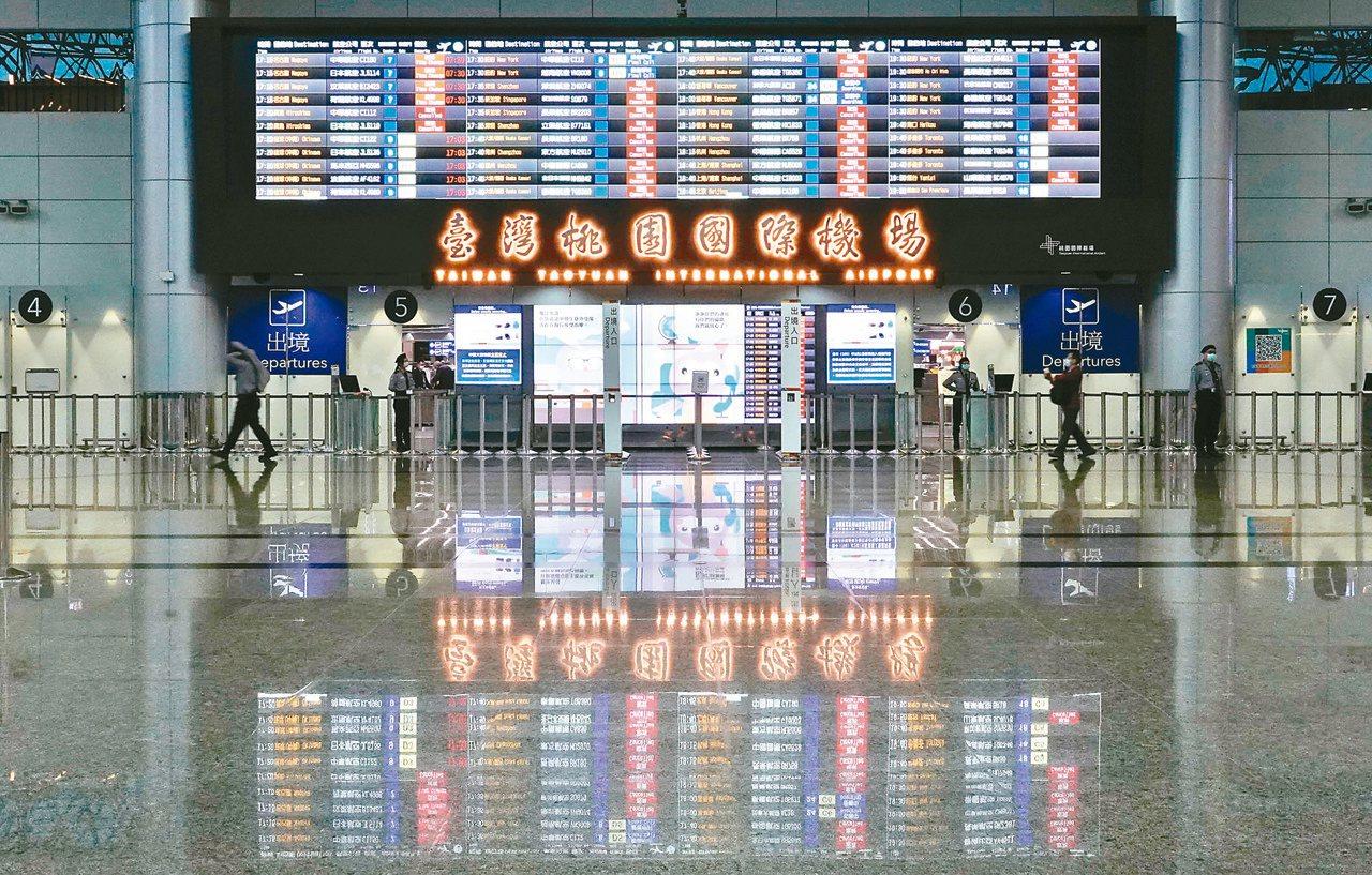 桃園機場入出境跌破萬人次,大廳裡值班的保全人員,比旅客還多。圖╱鄭超文