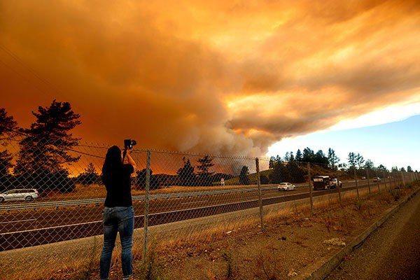 美國加州野火延燒數月,導致數十萬人被迫遷離家園。圖/美聯社