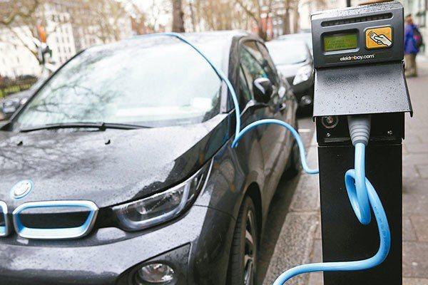 英國政府補助更換電動汽車,創造低碳經濟。圖/路透社